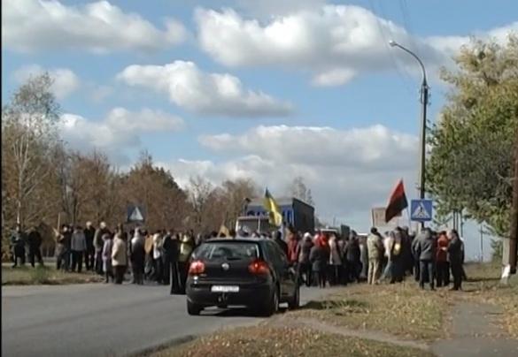 На Черкащині люди перекрили дорогу через проблеми підприємства (ВІДЕО)