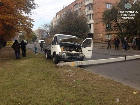 ДТП у Черкасах: водій ГАЗу зніс електричний стовп (ФОТО)