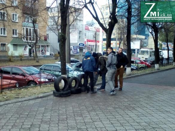 Біля приміщення обласної поліції активісти почали складати шини і кричати