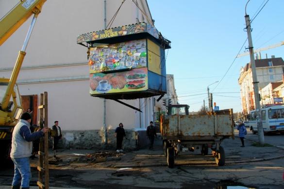 На Черкащині розпочали прибирати з вулиць незаконні кіоски (ФОТО)