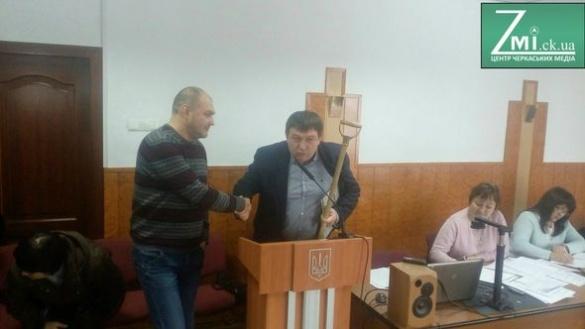 Радуцький та активісти обмінялися подарунками на сесії (ФОТО)