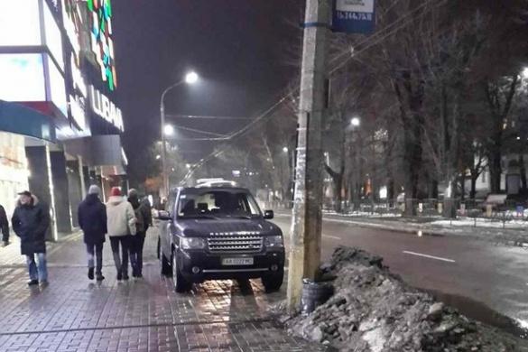 Біля черкаського ТРЦ мажор на