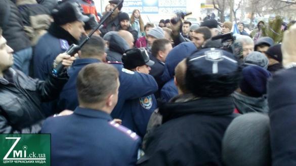Поліція vs активісти. Підсумки ранкової штурханини у Черкасах