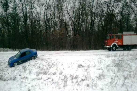 Черкаські рятувальники визволили зі снігового полону швидку, в якій перебувала вагітна жінка