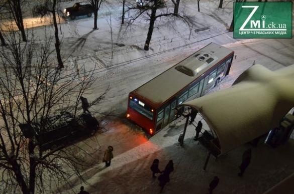 Лопата в поміч: водію довелося самотужки рятувати із замету черкаську маршрутку (ВІДЕО)