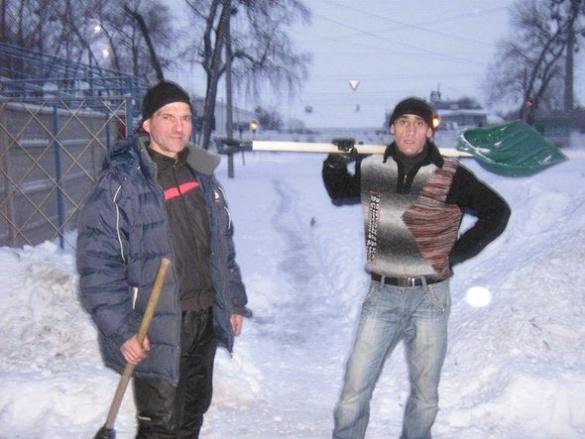 Лопата в поміч: небайдужі черкащани прибрали дорогу від снігу, щоб бабуся змогла пройти