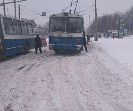 У Черкасах патрульні із містянами витягали тролейбус зі снігу (ФОТО)