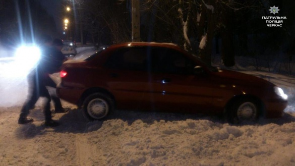 Патрульні в поміч: у Черкасах в снігу застрягло авто Daewoo Lanos (ФОТО)