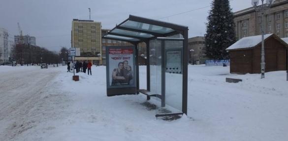 Вандали понівечили зупинку в центрі Черкас (ВІДЕО)
