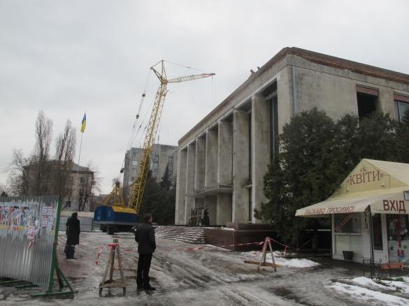 Підрядник запевняє, що з наступного тижня зможе накрити приміщення черкаського драмтеатру