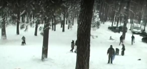Зимові замети – час для активних розваг:  у Соснівці черкасці облаштували гірки для катання на санчатах