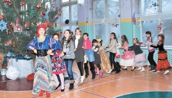 Для дітей влаштували яскраве свято з казкою і подарунками
