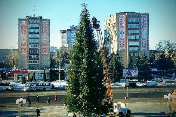 Із Соборної площі забирають головну новорічну ялинку (фотофакт)