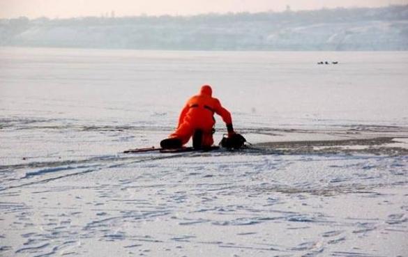 Небезпечна риболовля на льоду: у Черкасах рятували рибалку зі зламаною ногою