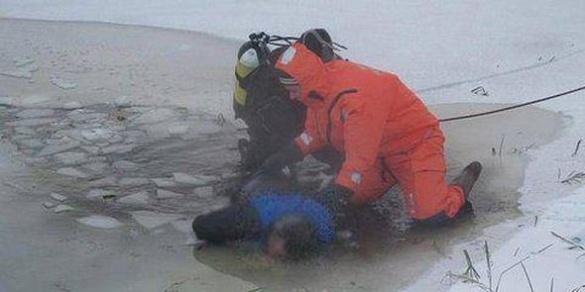 Риболовля з летальним наслідком: у Черкасах під кригу провалився чоловік