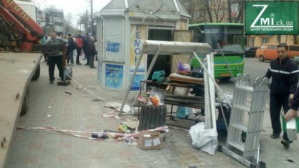 Площу в центрі Черкас очищають від кіосків (ФОТО)