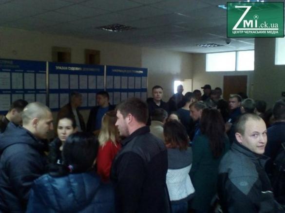 Повний коридор людей та підтримка: у Черкасах судять патрульних (ФОТО)