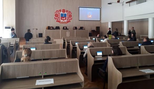 Черкаські депутати вчаться користуватися системою електронного голосування