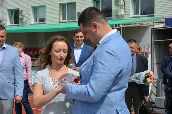 Екс-депутати Черкаської міськради одружилися на біговій доріжці стадіону (ФОТО)