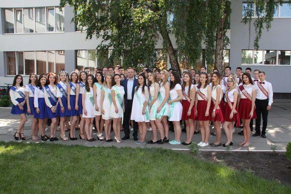 Мер Черкас поїхав фотографуватися із випускницями