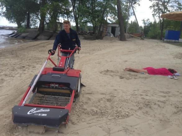 Черкаські комунальники випробували нову техніку для очистки піску