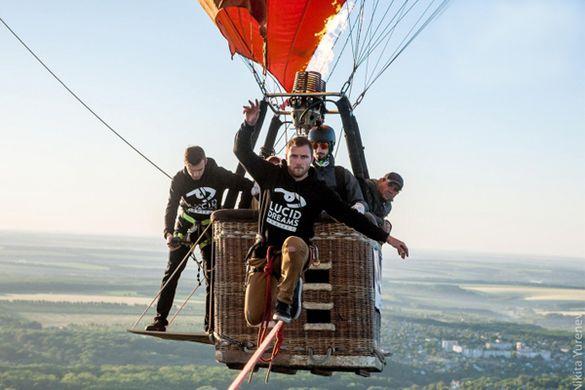 На Черкащині екстримал пройшов по стропі між повітряними кулями та встановив рекорд України (ВІДЕО)