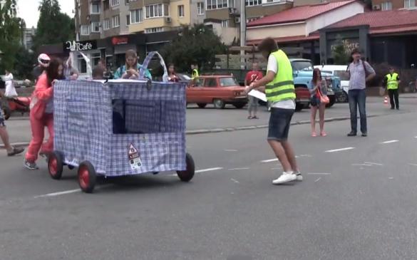Бетмобіль та маршрутка: у Черкасах відбувся фестиваль саморобних авто