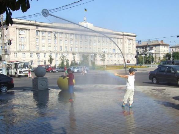 Комунальники демонтували водяну завісу в центрі Черкас