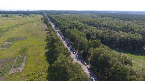Рух на черкаській дамбі: сотні автівок та кілометрові черги (ВІДЕО)
