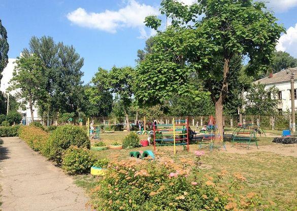 У черкаському дитячому садочку носять воду в тазках, щоб врятувати дітей від спеки