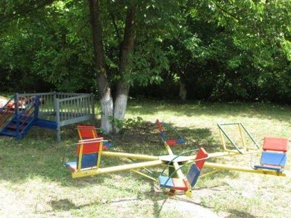 Коли ти сам собі допомога: жителі села на Черкащині самотужки облаштували ігровий майданчик