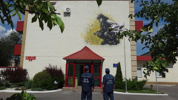 У Черкасах на фасаді будівлі рятувальників намалювали триметрове графіті (ФОТО)
