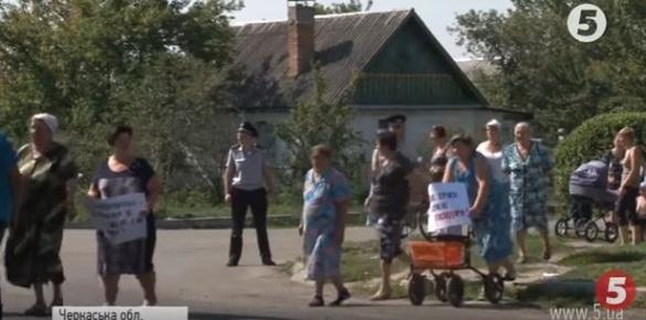 Доведені до відчаю: під Черкасами люди заблокували трасу (ВІДЕО)