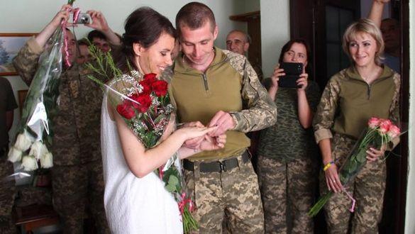 Боєць АТО з Черкащини відгуляв весілля на фронті (ФОТО)