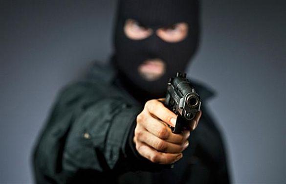 У Смілі продавчині магазину погрожували пістолетом