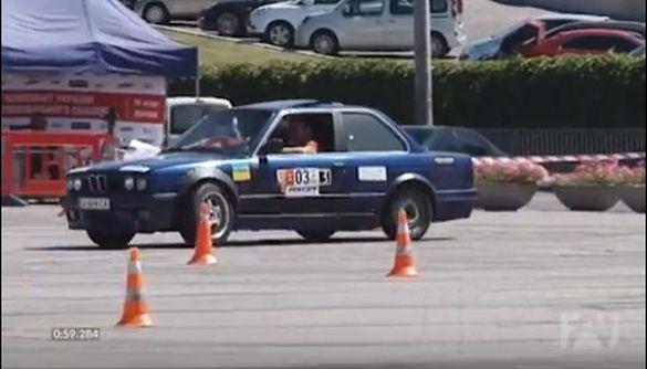 Запах палених шин, скрип гальм та гуркіт двигунів: черкаські автогонщики змагалися в Дніпрі (ВІДЕО)