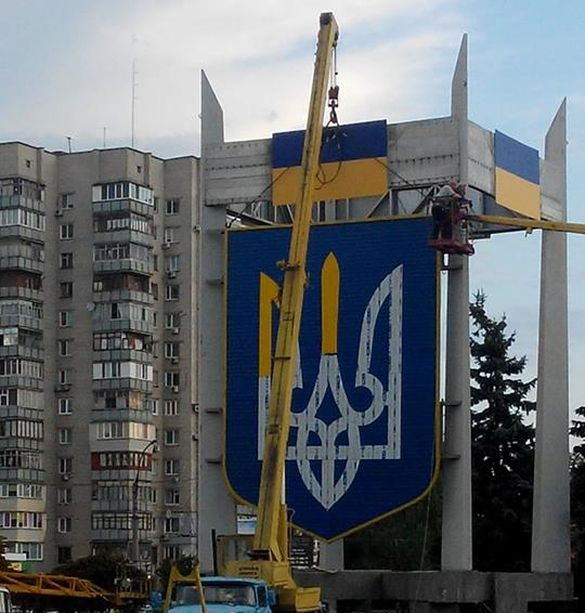 На виїзді з міста Черкаси монтують герб України (ФОТО)