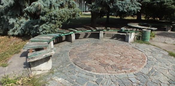 У Черкасах  лавочки на площі Слави перебувають у катастрофічному стані (Фотофакт)