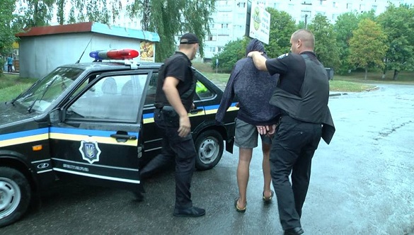 Агресивний черкащанин кинув у поліцейських гранату та погрожував їм пістолетом (ФОТО)