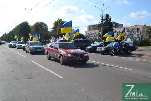 Черкасці влаштували автопробіг із прапорами України (ФОТО)