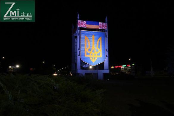 Як у Черкасах засяяв 5-тонний герб (фоторепортаж)
