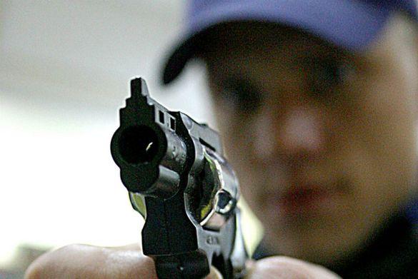 Погрожував людині зброєю: у Черкасах сталося зухвале пограбування аптеки