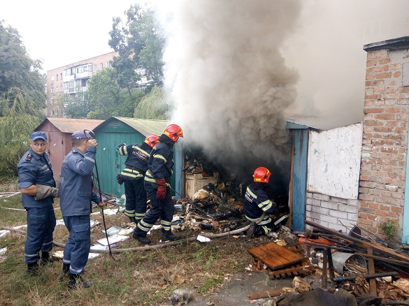 У Черкасах через дитячі пустощі сталася масштабна пожежа у гаражі
