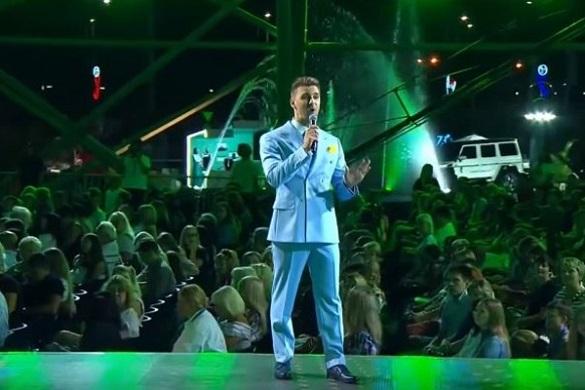Співак із Черкас виступив на російському конкурсі в патріотичному костюмі