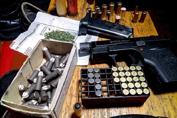 У черкащанина вилучили цілий арсенал боєприпасів, зброю та наркотики (ВІДЕО)