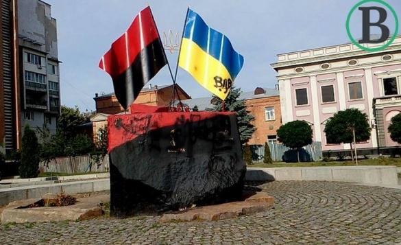 У Черкасах знову познущалися з пам'ятника Бандері та Шухевичу