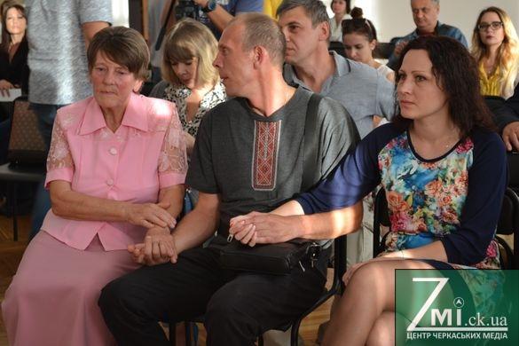 Притримали гаманці: черкаські меценати зібрали тисячу доларів із 50-ти необхідних для порятунку життя АТОвця