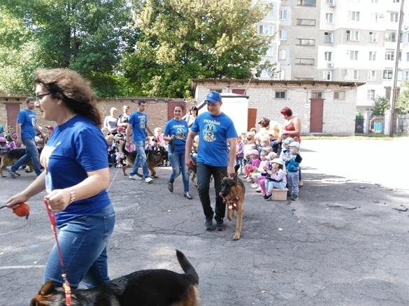 Вистава чотирилапих: як до черкаської малечі завітали розумні собаки