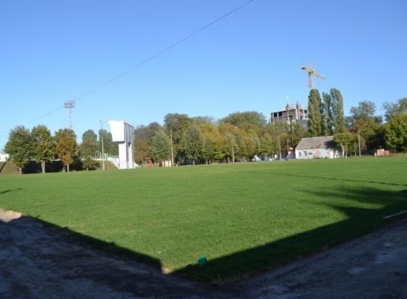 На запасному полі Центрального стадіону вже застелили газон (ФОТО)