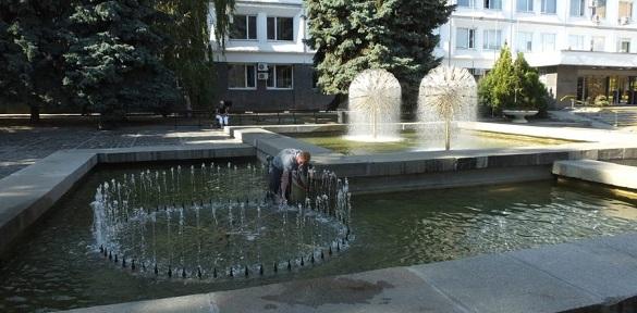 Біля Черкаської міськради очищають фонтан (ВІДЕО)
